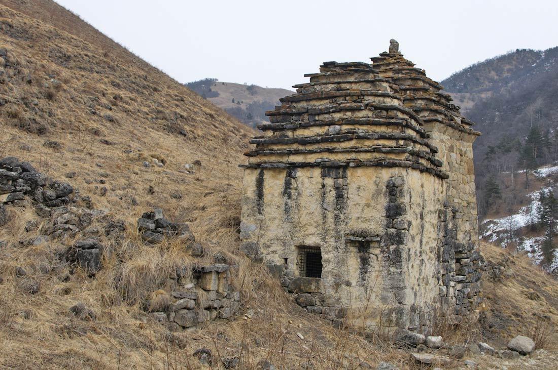 могильный склеп в цори захоронения