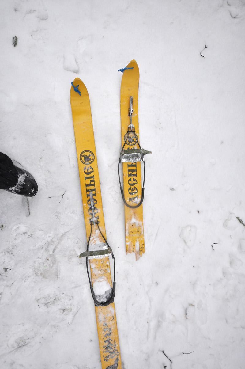 сломанная туристическая лыжа деревнянная
