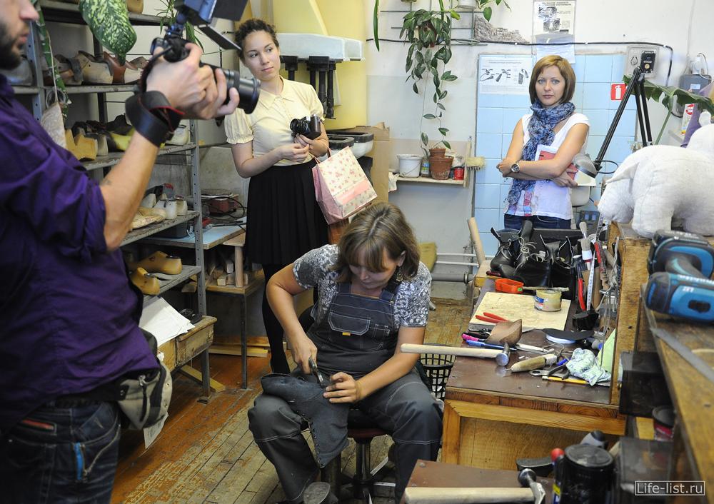 женщина мастер в мастерской по изготовлению сценической обуви в театре опера и балета
