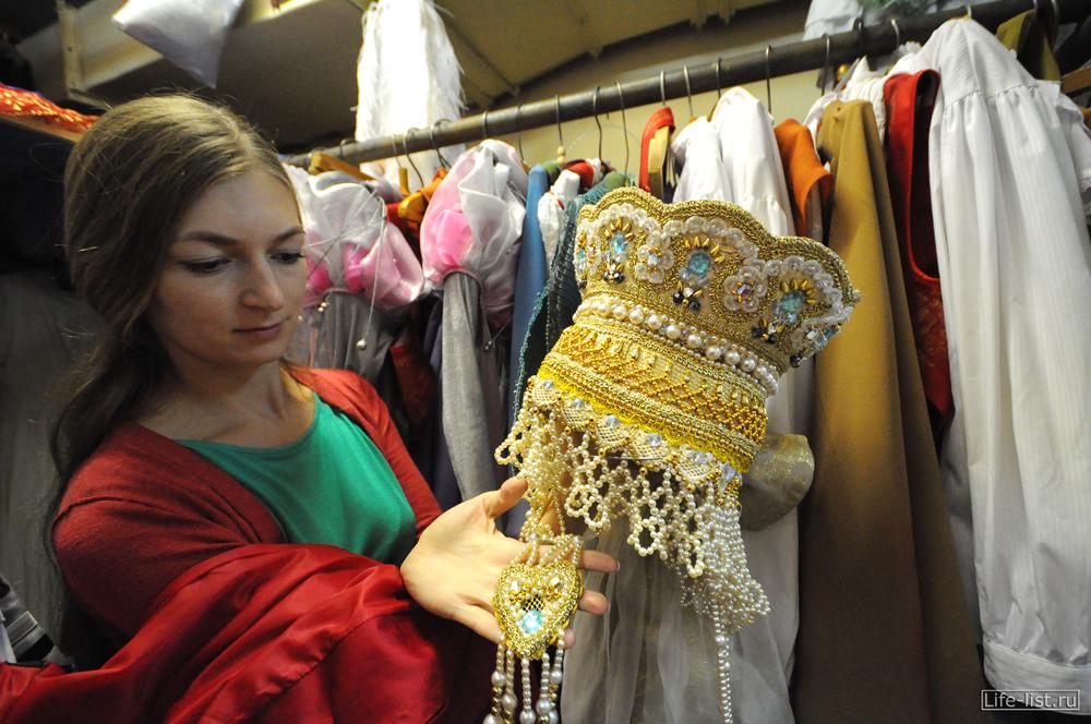 в костюмерной театра оперы и балета фото короны для сцены