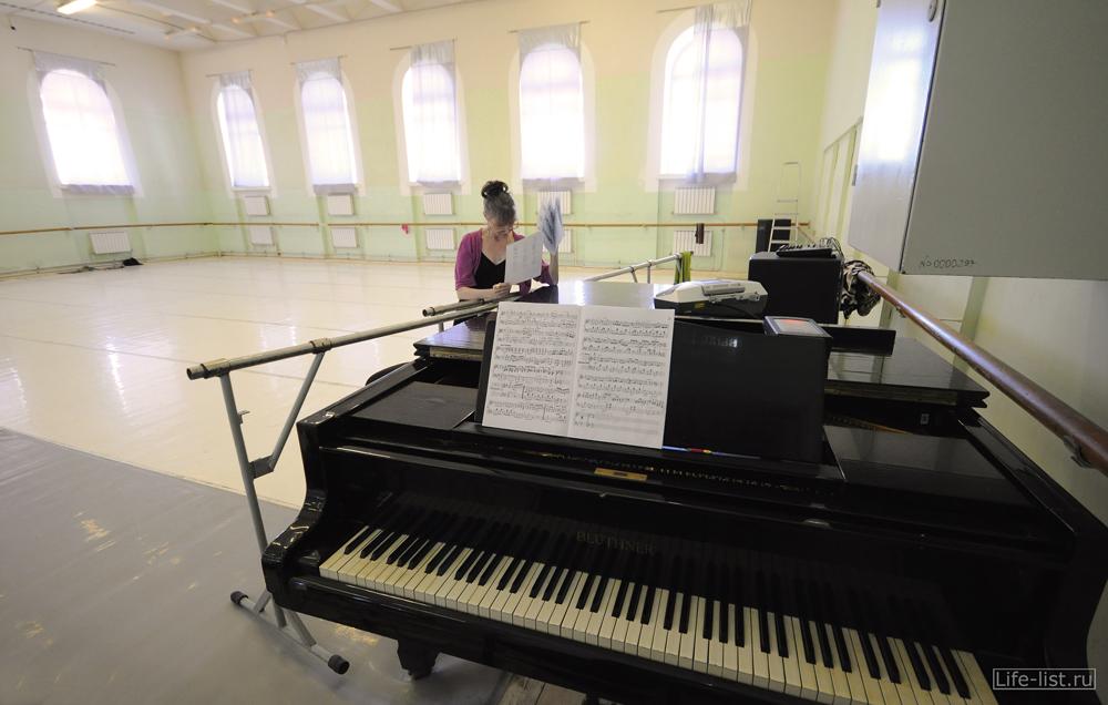 Зал где упражняются балерины в оперном театре Екатеринбурга