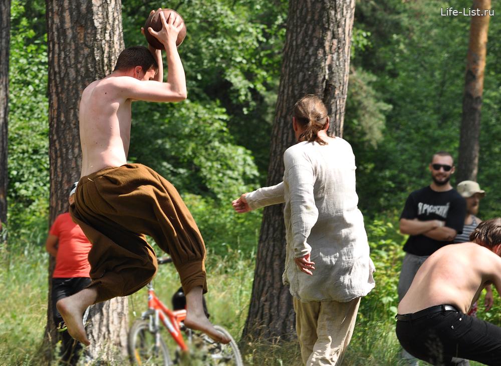 средневековая игра скандбол аналог регби на фестивале в Асбесте