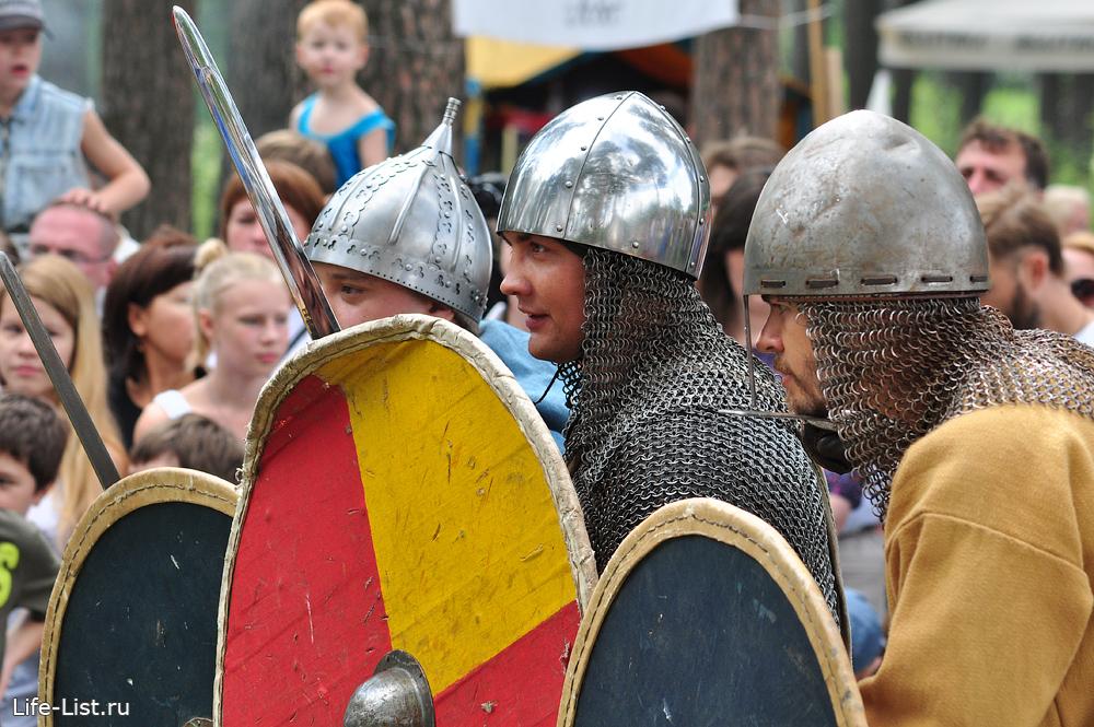 варяги с мечами и шлемами на фестивале реконструкции поединок с мечом бугурты
