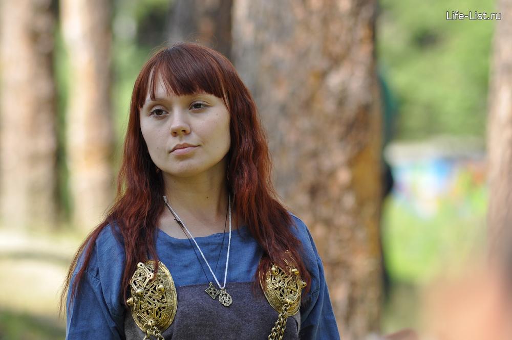 показ исторических костюмов девушка в шотландской одежде