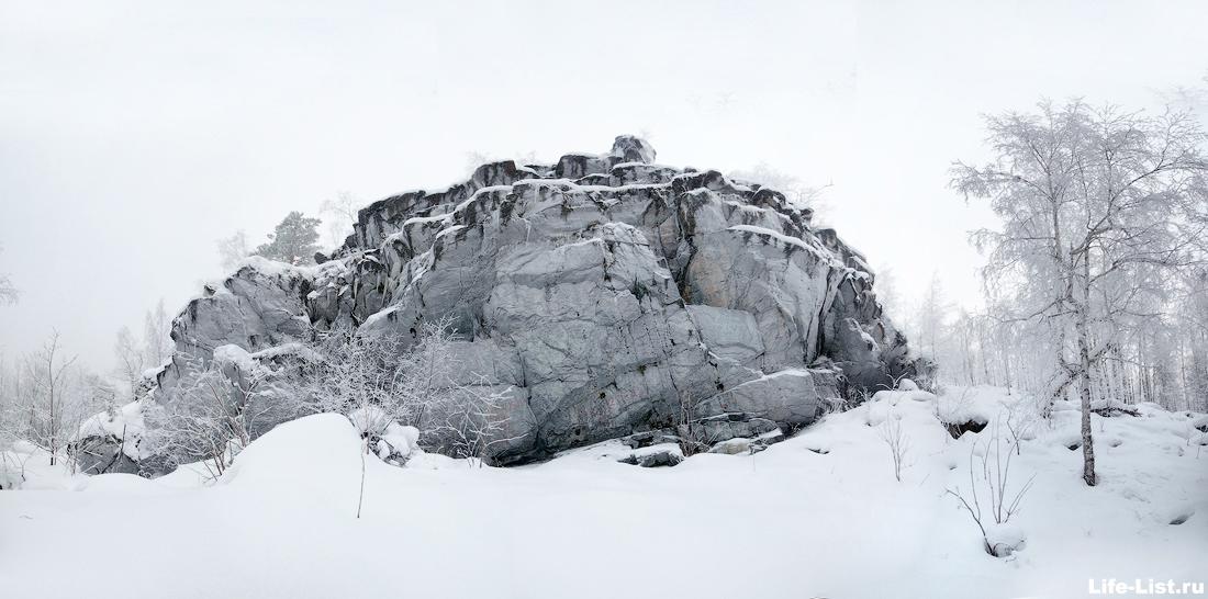 скала висячий камень окрестности Новоуральска