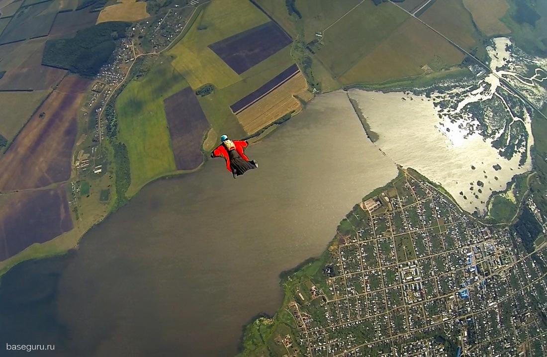 полет в небе парашютист
