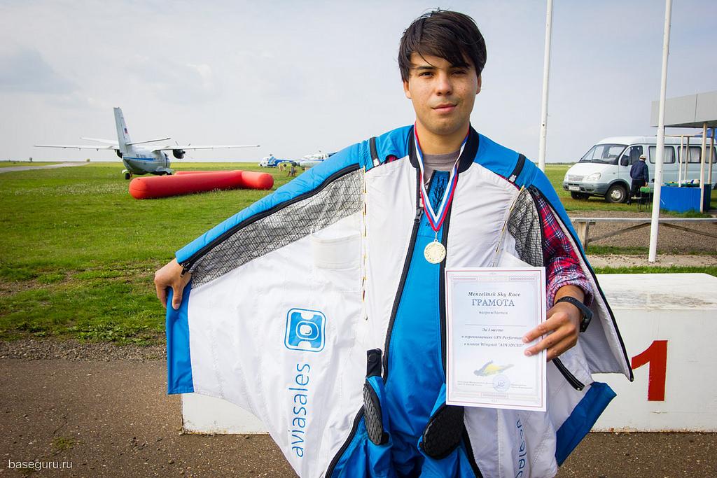 участники соревнований по прыжкам с парашютом в костюме вингсьют