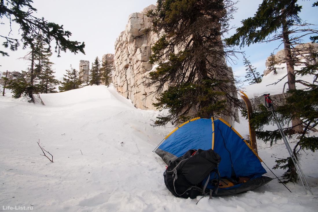 палатка привал на Юрме скала Крепость