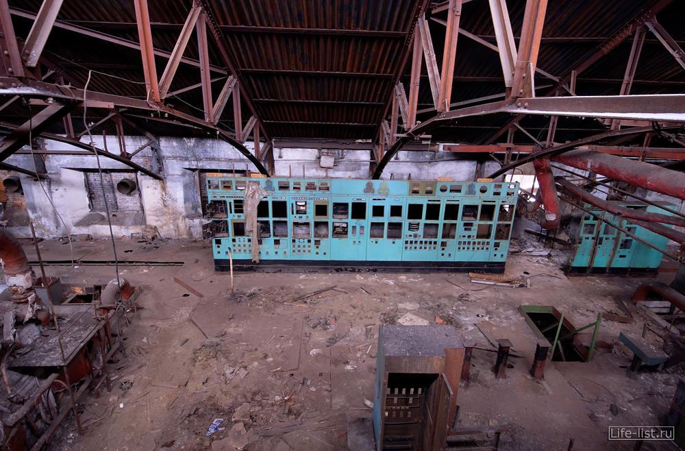 Пульт управления в заброшенном заводе в Тагиле