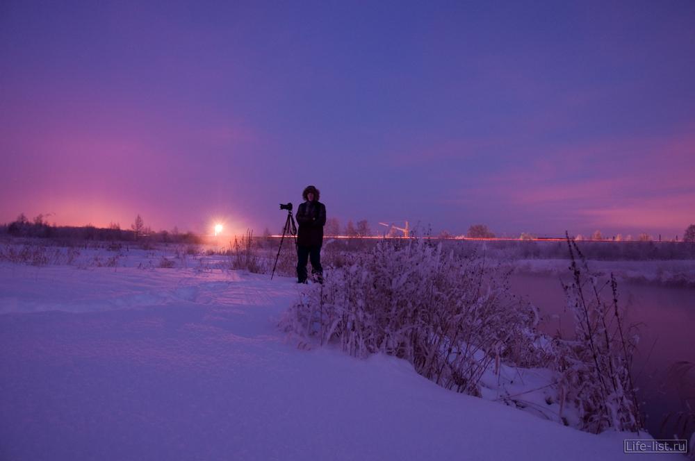 Фотографы на зимней фотосессии за городом морозная природа