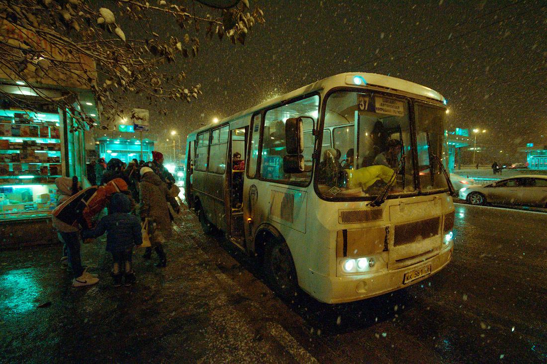 Фото Виталий Караван серия Зима в городе автобус Екатеринбург улица Белинского