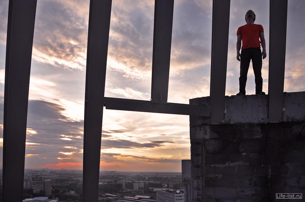 На крыше человек жк Космос Екатеринбург