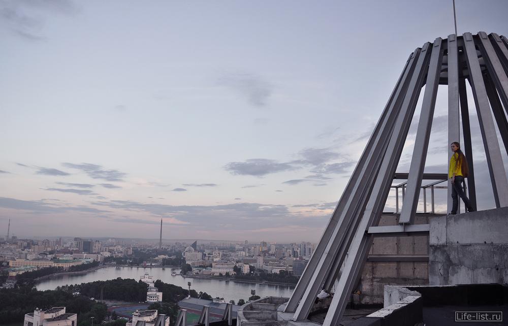 Здание со шпилем ЖК КОсмос Екатеринбург