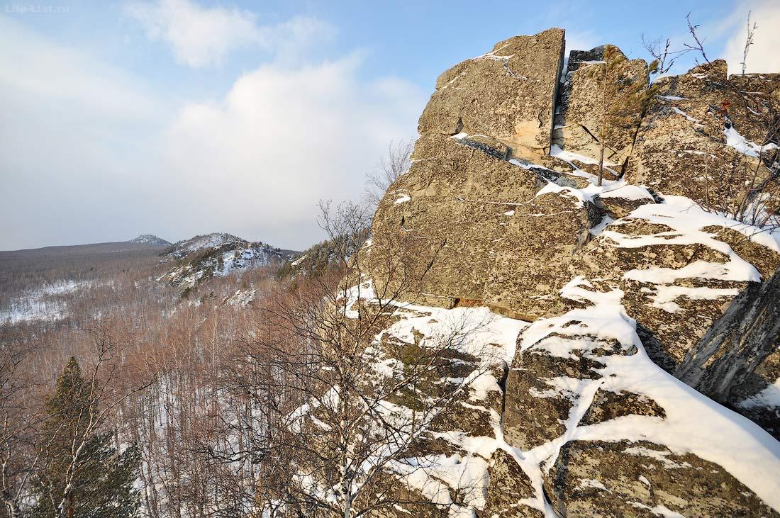 скалы на хребте Алабия зимой