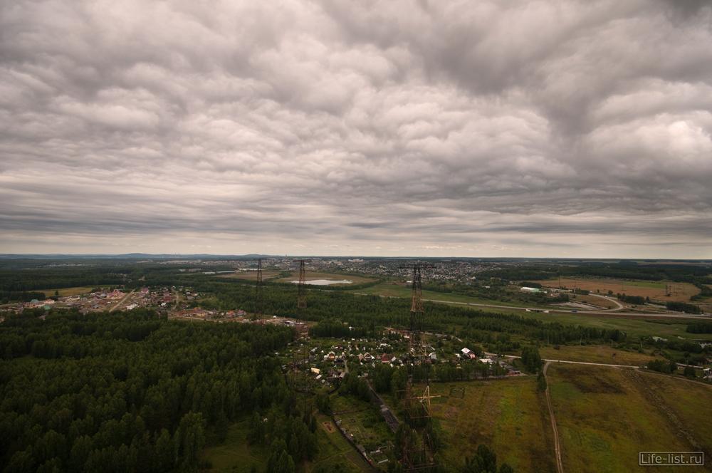 Мрачное пунцовое небо окраина Екатеринбурга