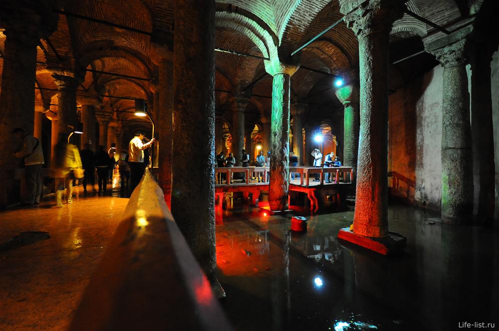 туристы в подземном хранилище Стамбул