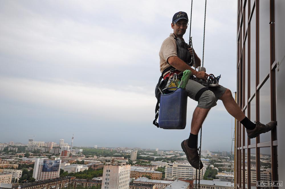 промышленный альпинист на БЦ Антей в Екатеринбурге
