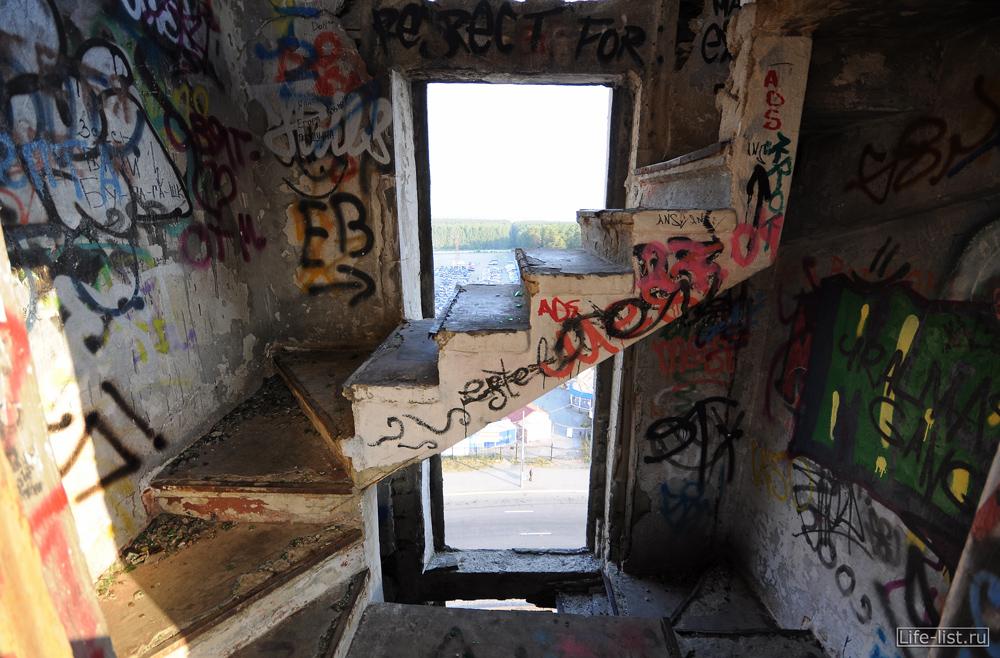 Поднимаемся внутри заброшенной башни на уралмаше