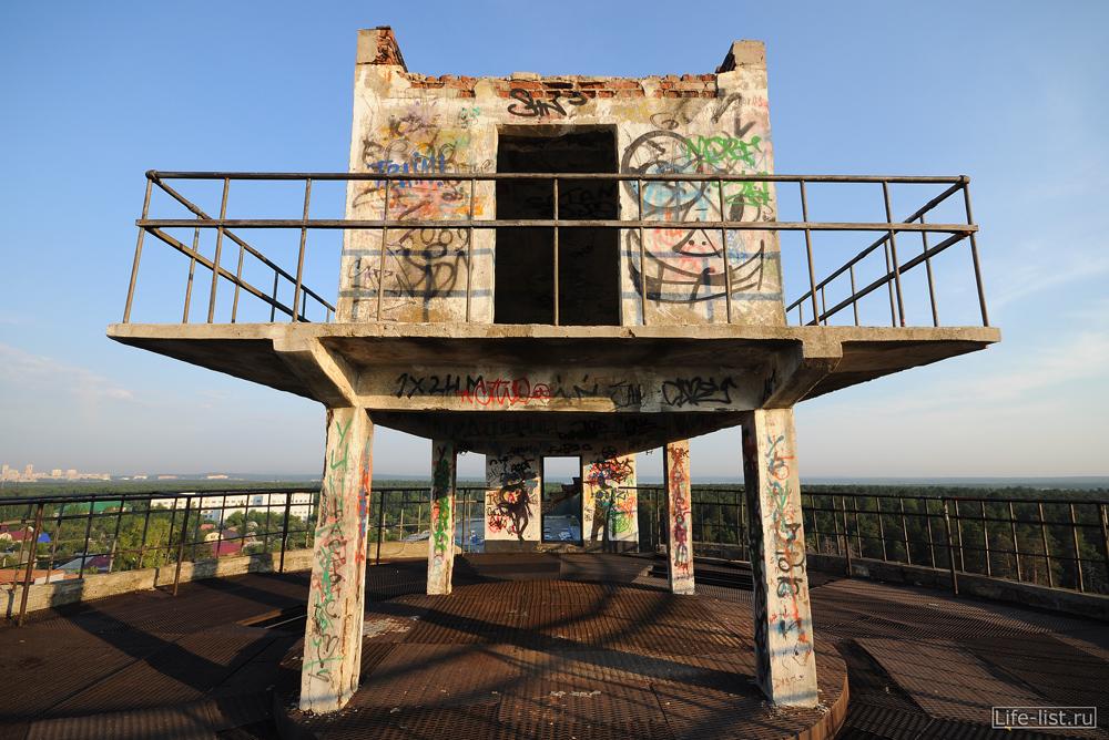 Мостик на верху белой башни на уралмаше