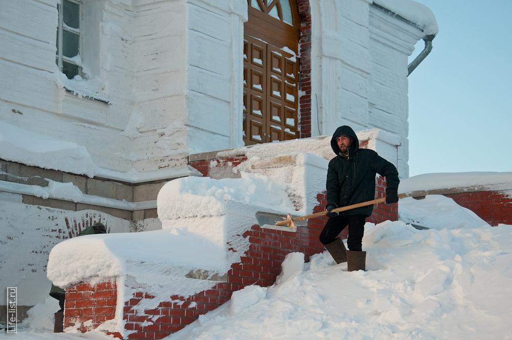 монахи за работой в мужском монастыре уборка снега