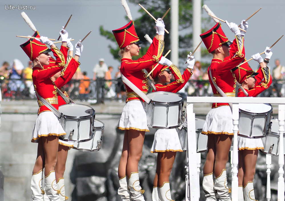 девушки гусары на главной сцене дня города Екатеринбурга