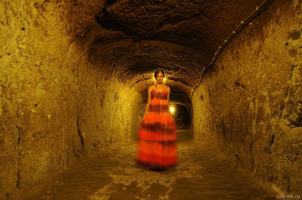 Подземный город в Каппадокии девушка