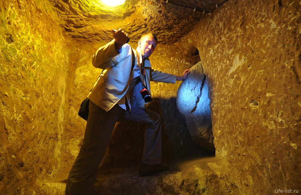 Запирающая плита в подземном городе Каппадокия
