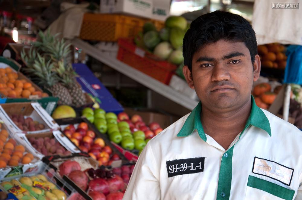продавец фруктов на рынке в Дубае