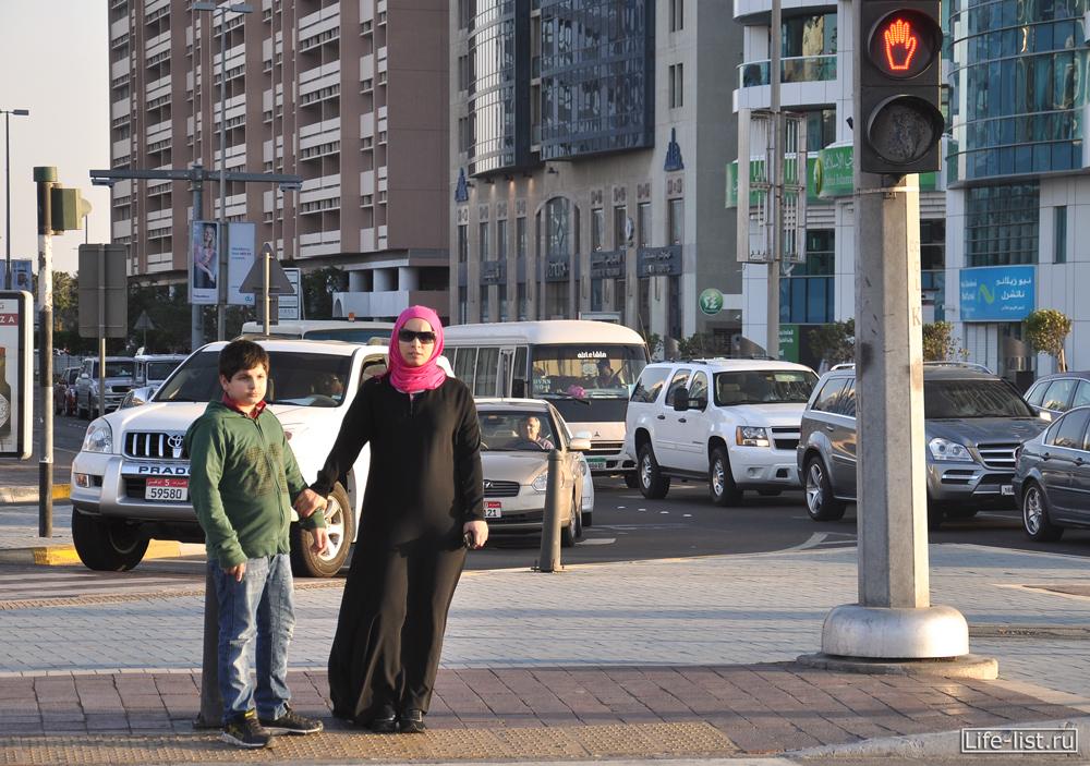 на улице дубай женщина в чадре и мальчик