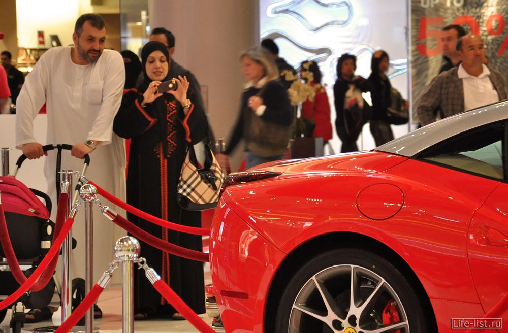 пара арабы в Дубай у феррари молле дубай