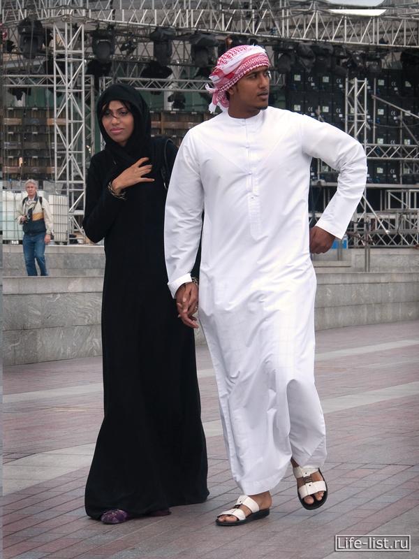 молодая арабская пара в дубае девушка в чадре