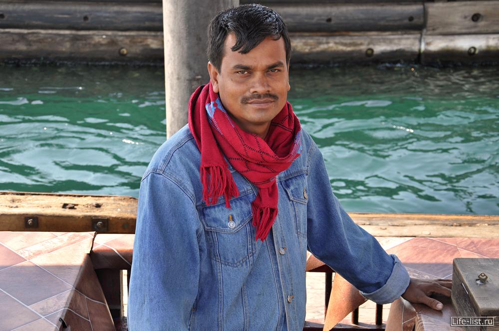 водитель арбы водитель лодки на канале дубай
