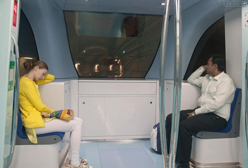 внутри вагона метро Дубай