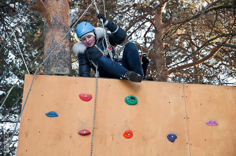 девушка проходит веревочную полосу препятствия Екатеринбург на скалодроме