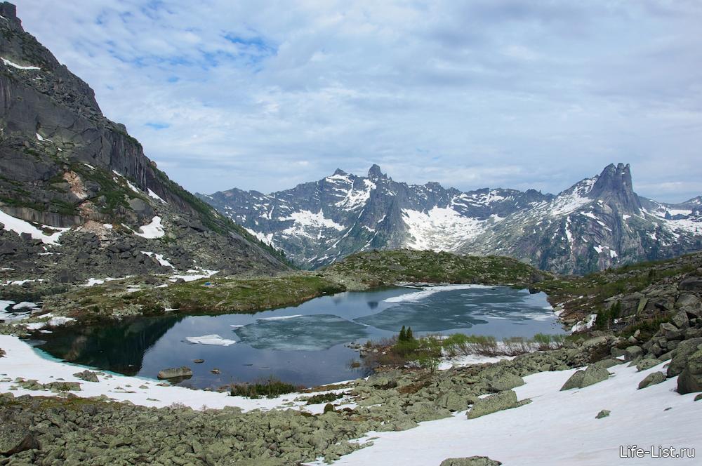 озера Цветные Ергаки скалы и горы Красноярского края