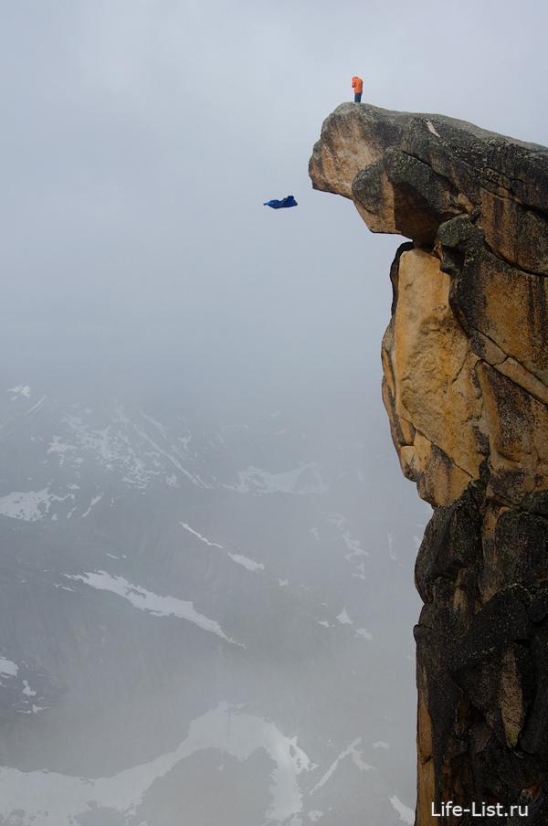 Прыжок вингсьютом Ратмиром Нагимьяновым с пика Зуб Дракона