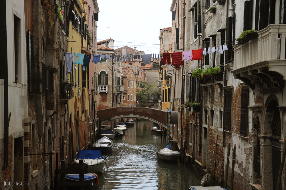 Самобытные улицы Венеции белье сушится на веревке Италия