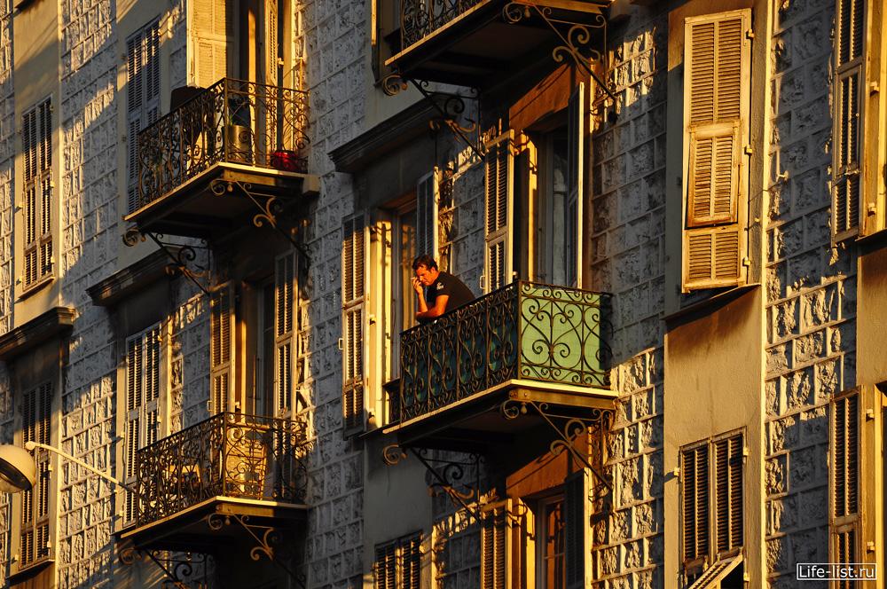 Ницца Франция мужчина на балконе Фото Виталий Караван