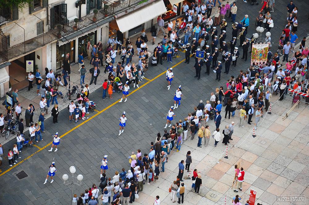 День города в Вероне много людей фото с высоты