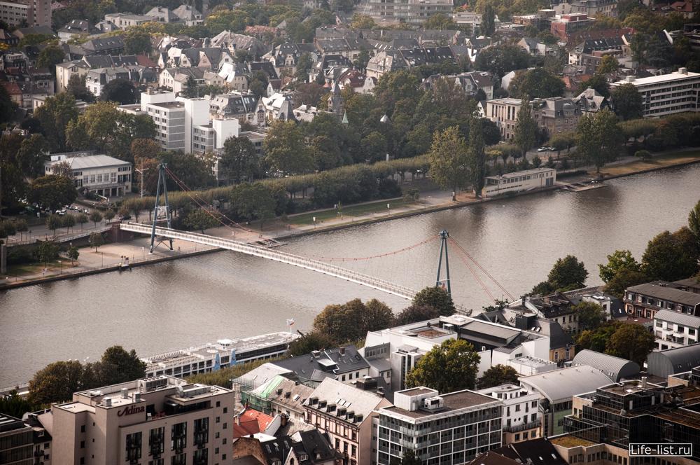 Пешеходный мост через Майн город с высоты