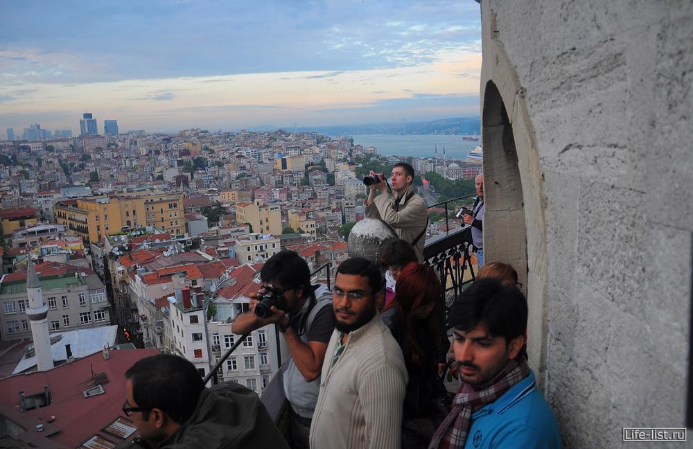 туристы наверху галатской башни обзорная площадка