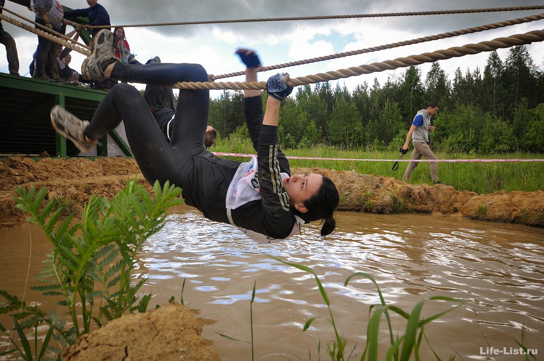 девушка на канате на гонке героев в Екатеринбурге