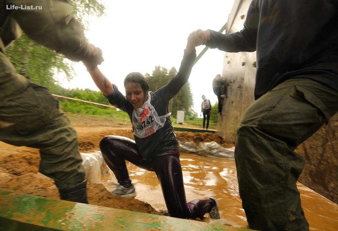девушка в воде на гонке героев