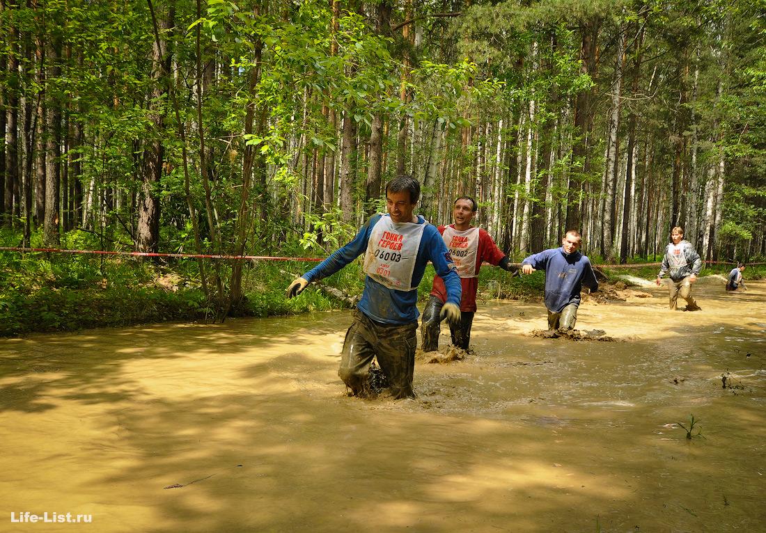в грязи на гонке героев участники