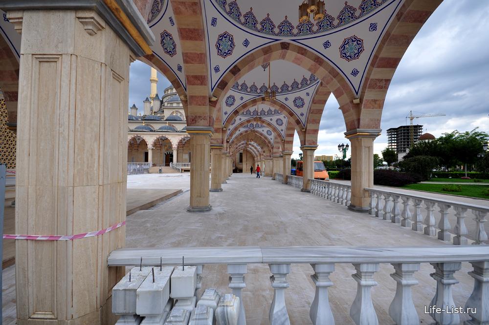 дворик мечети в чечне сердце чечни