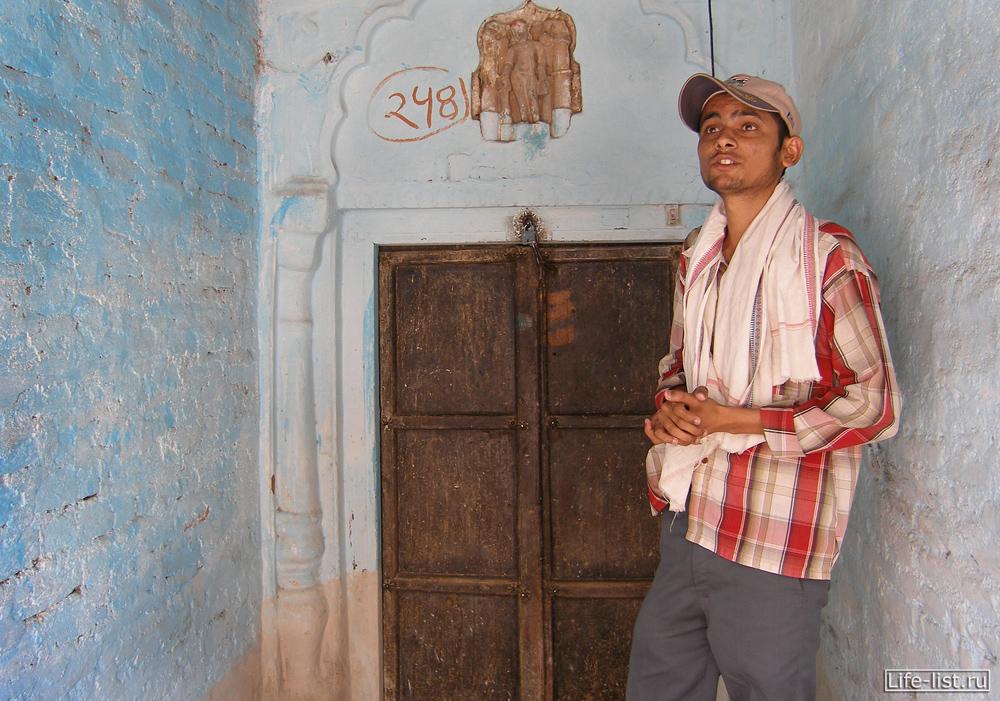 Гид парень в Индии Каджурахо