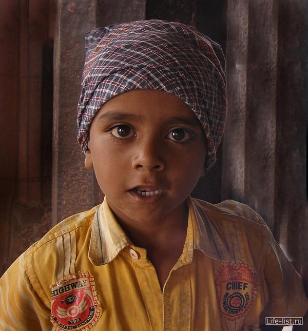 портрет мальчика в Индии