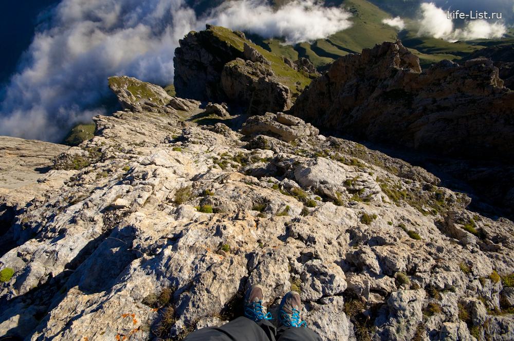 на обрыве скалы в Ингушетии Джейрахский район путешествия по горам