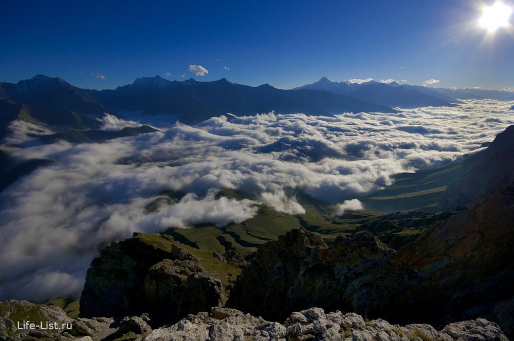 горы Ингушетии выше облаков вершины