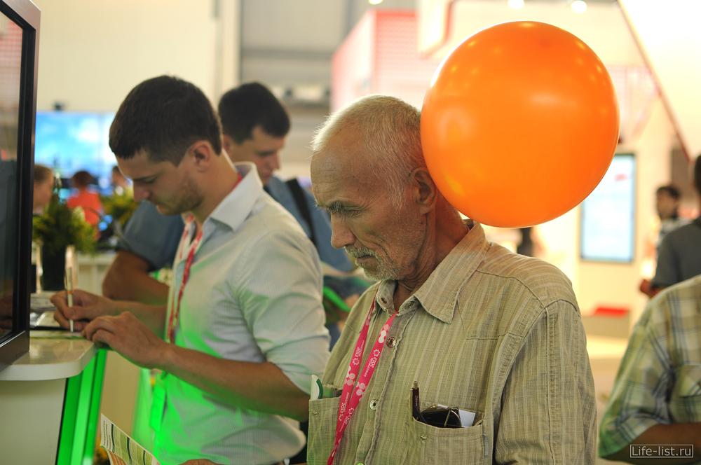 Люди на выставке иннопром 2012